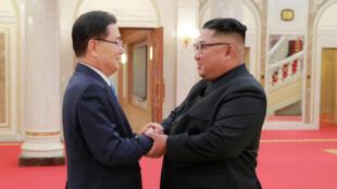 Le leader nord-coréen Kim Jong-un, à droite, serre la main du conseiller à la sécurité sud-coréen Chung Eui-yong, le 5 septembre 2018.