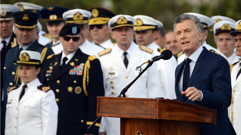 El presidente argentino Mauricio Macri habla junto a miembros de la Armada y familiares de los 44 miembros de la tripulación del submarino ARA San Juan desaparecido en el mar, durante una ceremonia para conmemorar el primer aniversario de la tragedia en Mar del Plata, Argentina, el 15 de noviembre de 2018.