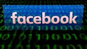 """شعار """"فيسبوك"""" في صورة التقطت من شاشة حاسوب لوحي في باريس بتاريخ 29 نيسان/أبريل 2018"""