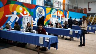 Los brasileños asisten a los puestos de votación en Curitiba el 7 de octubre de 2017.
