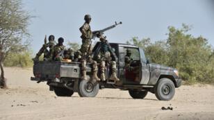 Des soldats nigériens patrouillent à Bosso, au Niger, le 25 mai 2015.