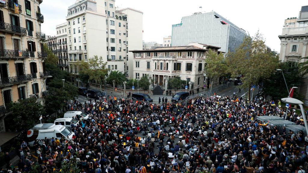 Tsunami Democràtic convocó a 1.000 personas frente a la Delegación del Gobierno, que impidieron el encuentro entre Pedro Sánchez y la delegada Teresa Cunillera.