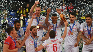 Les joueurs de l'équipe de France de volley-ball célèbrent leur victoire en finale de Ligue mondiale, le 8 juillet 2017 à Curitiba, au Brésil.