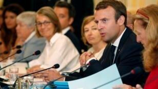 الرئيس الفرنسي خلال اجتماع بأعضاء الحكومة الاثنين 28 آب/أغسطس