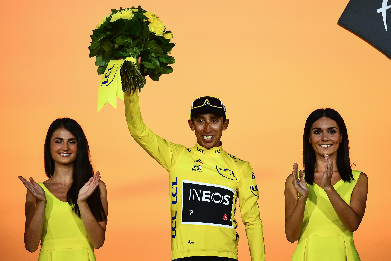 Archivo: El colombiano Egan Bernal, ganador del Tour de Francia, es premiado el 28 de julio de 2019, en los Campos Elíseos en París.