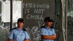 Des policiers devant le Conseil législatif, le 2 juillet 2019, a été envahi la veille par des manifestants à Hong Kong.