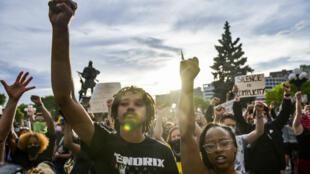 Manifestantes levantan los puños en el Capitolio del Estado de Colorado durante protestas tras la muerte de George Floyd. Denver, Colorado, EE. UU., el 31 de mayo de 2020.