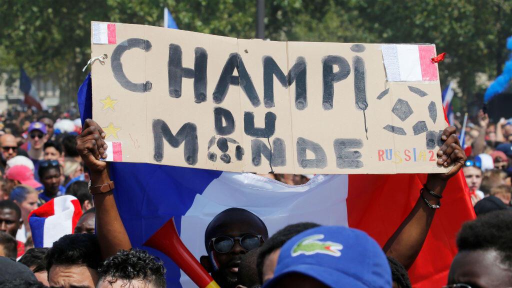 Con banderas y carteles, cientos de franceses celebraron el triunfo de su equipo en la Copa del Mundo el 15 de julio de 2018.