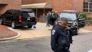 Efectivos de la Policía Metropolitana de Washington desalojaron a cuatro activistas de la ONG CodePink, que se encontraban en la Embajada de Venezuela en Washington el 16 de mayo de 2019.