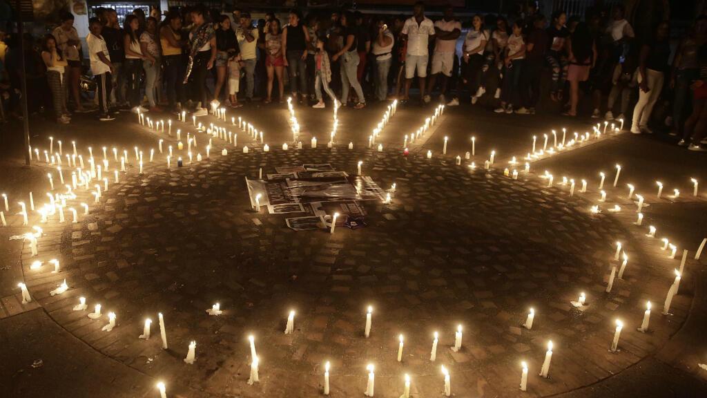 Habitantes encienden velas el lunes 2 de septiembre de 2019 en el parque de Suárez, Cauca (Colombia), luego de que Karina García, candidata a la alcaldía de Suárez, fuera asesinada junto a otras 5 personas un día antes.