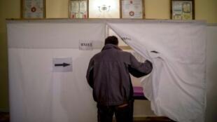 بلغاري خلال عملية الاقتراع في دولني بوغروف في 26 آذار/مارس 2017