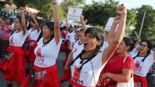 """Unas 2.000 mujeres, activistas e integrantes de colectivos de la sociedad civil en la marcha """"Todas por Justicia"""", para conmemorar el Día Internacional de la Mujer el jueves 8 de marzo de 2018, en Lima, Perú."""