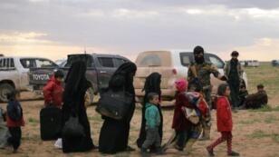 إجلاء نساء وأطفال من بلدة الباغوز بمحافظة دير الزور شرق سوريا- 27 فبراير/شباط 2019 رويترز