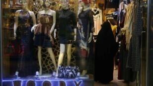 امراة تدخل محلا لبيع الثياب النسائية في كربلاء العراقية 22 كانون الأول/ديسمبر 2017