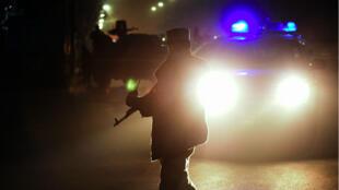 Des officiers sécurisent le lieu d'un attentat-suicide visant le lycée français de Kaboul, le 12 décembre 2014.