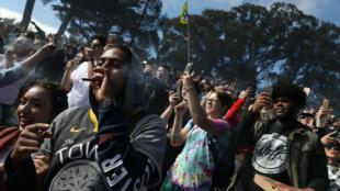 """Ciudadanos fuman marihuana durante una celebración del Día """"420"""" en 'Hippie Hill' en Golden Gate Park el 20 de abril de 2019 en San Francisco, California."""