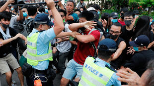 Affrontements entre la police et les manifestants lors de la dispersion d'une marche de protestation, à Sheung Shui, le 13 juillet 2019.