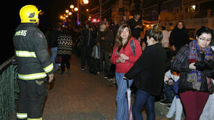 Des habitants forcés de quitter leur logement, mercredi 16 septembre 2015, à Valparaiso au Chili.