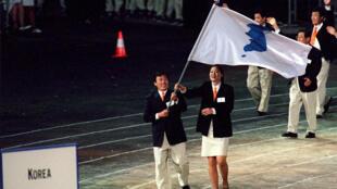 Les délégations nord et sud-coréennes défilent ensemble lors JO de Sydney, en 2000.