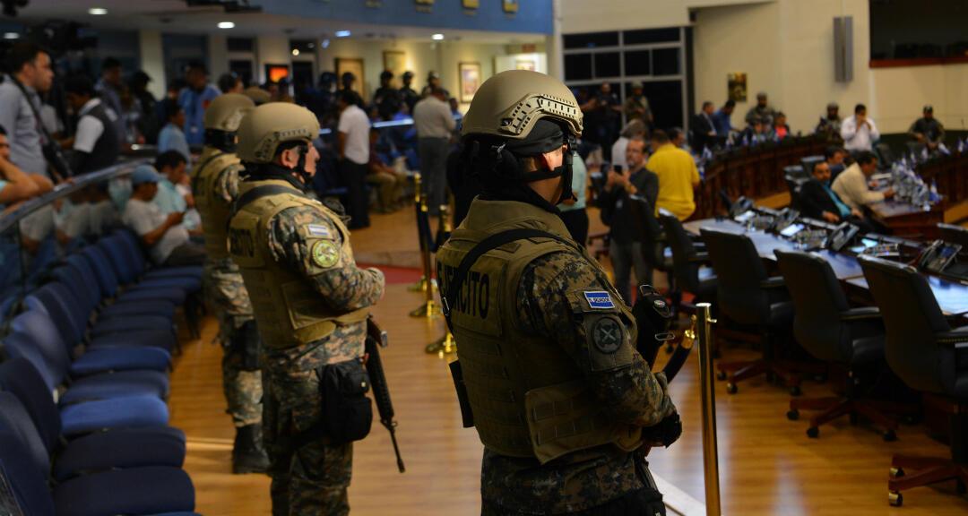 Miembros de las Fuerzas Armadas entran a la Asamblea Legislativa en una maniobra del Ejecutivo para presionar a los diputados para que aprueben un préstamo para invertir en seguridad, en San Salvador, el 9 de febrero de 2020.