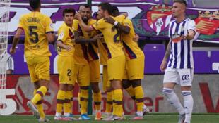 لاعب وسط برشلونة التشيلي ارتورو فيدال (وسط) يتلقى تهنئة زملائه بعد تسجيله هدف فريقه الوحيد في مرمى بلد الوليد. 11 تموز/يوليو 2020