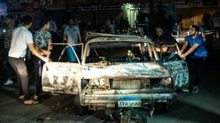 صورة التقطت في ساعة مبكرة الاثنين 5 آب/أغسطس 2019 لسيارة متفحمة في أعقاب حادث تصادم نجم عنه انفجار في القاهرة ليلا.