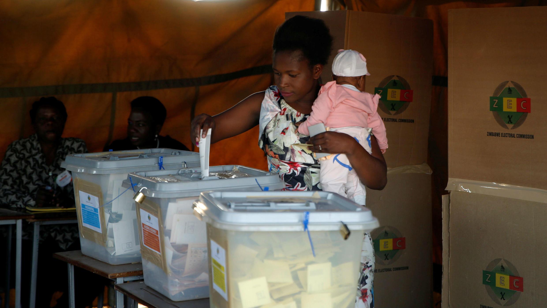 Una mujer emite su voto durante las elecciones generales en Chegutu, Zimbabue, el 30 de julio de 2018.