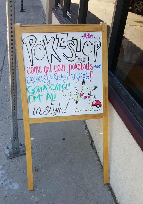 Un panneau publicitaire dans l'esprit Pokemon Go devant un magasin de vêtement aux États-Unis.
