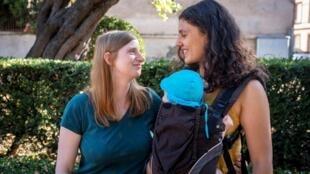 Katharina y Adeline posan el 19 de julio de 2019 en Toulouse con su hijo de 6 meses concebido con reproducción de asistencia médica (PMA) en Dinamarca.