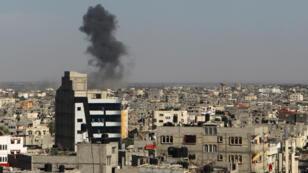 De la fumée s'élève au-dessus de Rafah, dans le sud de la bande de Gaza, après une frappe aérienne de l'armée israélienne, le 5 mai 2016.