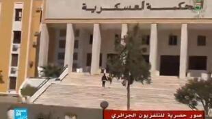 زعيمة حزب العمال الجزائري لويزة حنون لدى وصولها للمحكمة العسكرية في البليدة، قرب العاصمة.