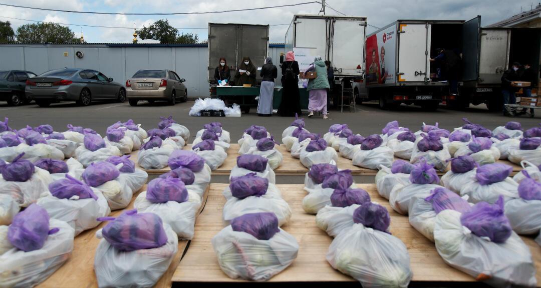 Un grupo de voluntarias se prepara para distribuir paquetes de alimentos a las familias necesitadas durante la cuarentena por coronavirus en Moscú, Rusia, el 16 de mayo de 2020.