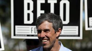 Beto O'Rourke saluda a sus partidarios en un mitin de campaña en Plano, Texas, EE. UU., el 2 de noviembre de 2018.