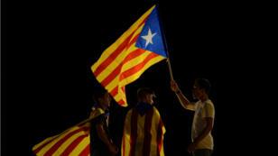 Banderas catalanas e independistas, portadas por jóvenes, durante el cierre de campaña del referendo de autodeterminación 29/09/2017