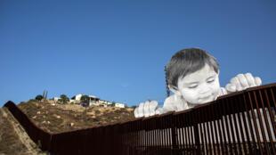Vista del trabajo artístico del JR en la frontera EE.UU. - México en Tecate, California, Estados Unidos.