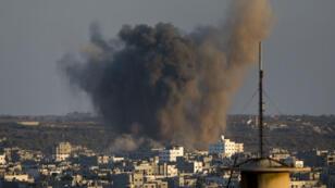 De la fumée s'échappe d'un immeuble de Gaza après une frappe israélienne, mercredi 20 août
