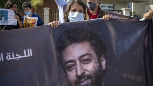 La mère du journaliste marocain Omar Radi lors d'une manifestation de soutien à son fils, le 22 septembre 2020 à Casablanca