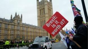 """""""Est-ce que le Brexit en vaut la peine ?"""", demande la pancarte d'un manifestant devant le parlement britannique."""