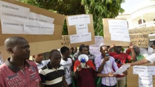 À Dakar, le 19 septembre, des membres de la communauté burkinabè réclament un retour du gouvernement de transition.