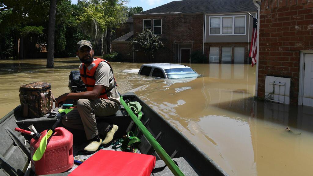 Des volontaires se sont joints aux équipes de secours, certains utilisant même leurs propres embarcations.
