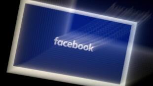 Esta imagen ilustración de archivo, tomada en marzo de 2020 en Arlington, Virginia, muestra el logotipo de la red social Facebook en la pantalla de un teléfono inteligente