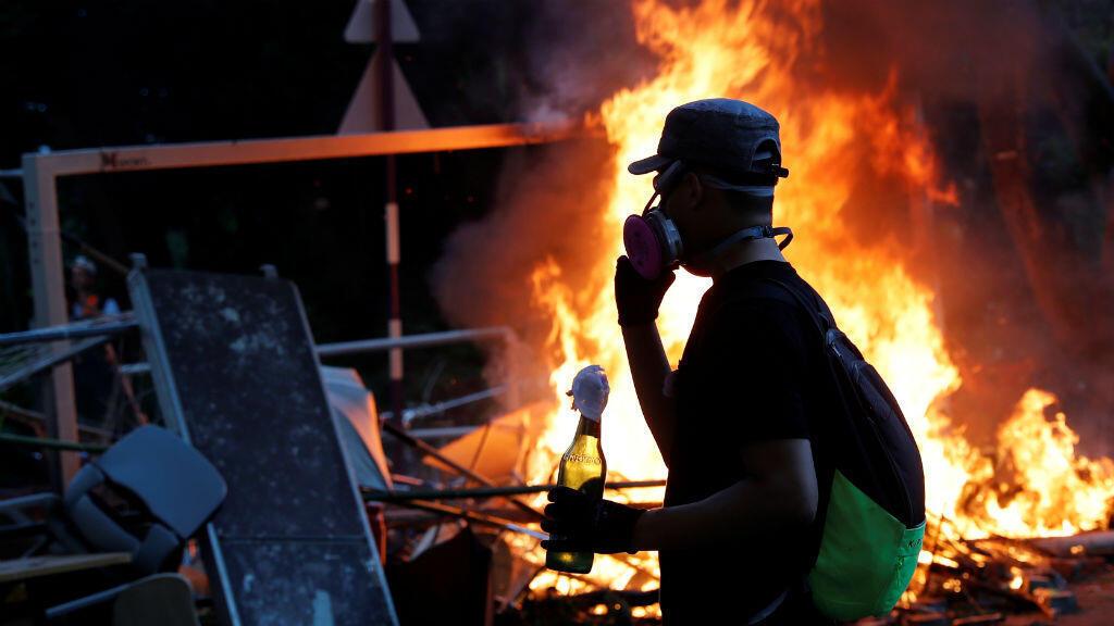 Un manifestante sostiene un cóctel molotov durante los disturbios en la Universidad China de Hong Kong.