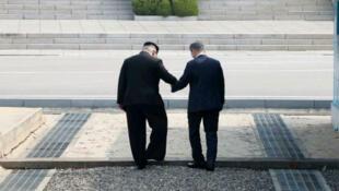 Kim Jong-un est le premier dirigeant nord-coréen à fouler le sol sud-coréen depuis la fin de la guerre de Corée, en 1953..