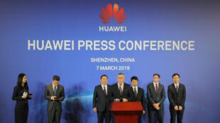 Los representantes legales de Huawei, junto al presidente Guo Ping hablan en una conferencia de prensa sobre la demanda al Gobierno de EE. UU. en Shenzhen, provincia de Guangdong, China, el 7 de marzo de 2019.