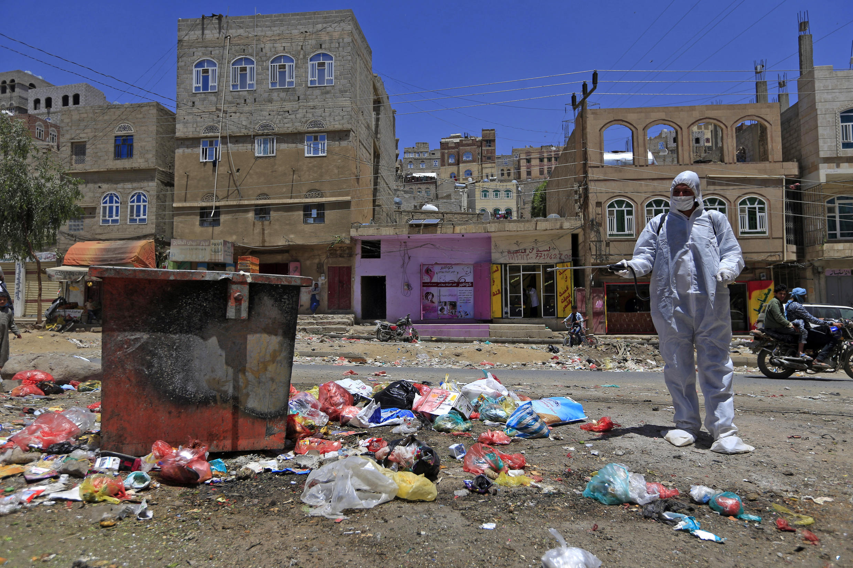 Un voluntario yemení rocía desinfectante en un distrito pobre de la capital, Sanaa, por temor a un brote de coronavirus.
