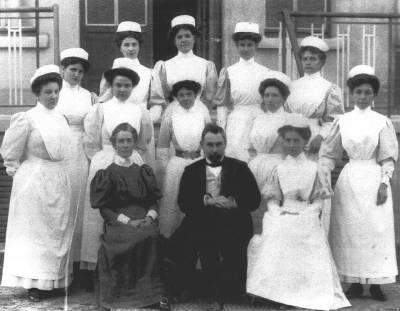 Edith Cavell (premier rang à gauche) et une partie de l'équipe d'infirmières de l'institut médicochirurgical d'Uccle en Belgique