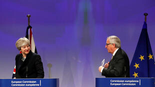La primera ministra Theresa May y el presidente de la Comisión Europea Jean-Claude Juncker durante una rueda de prensa en Bruselas, el lunes 4 de diciembre del 2017.