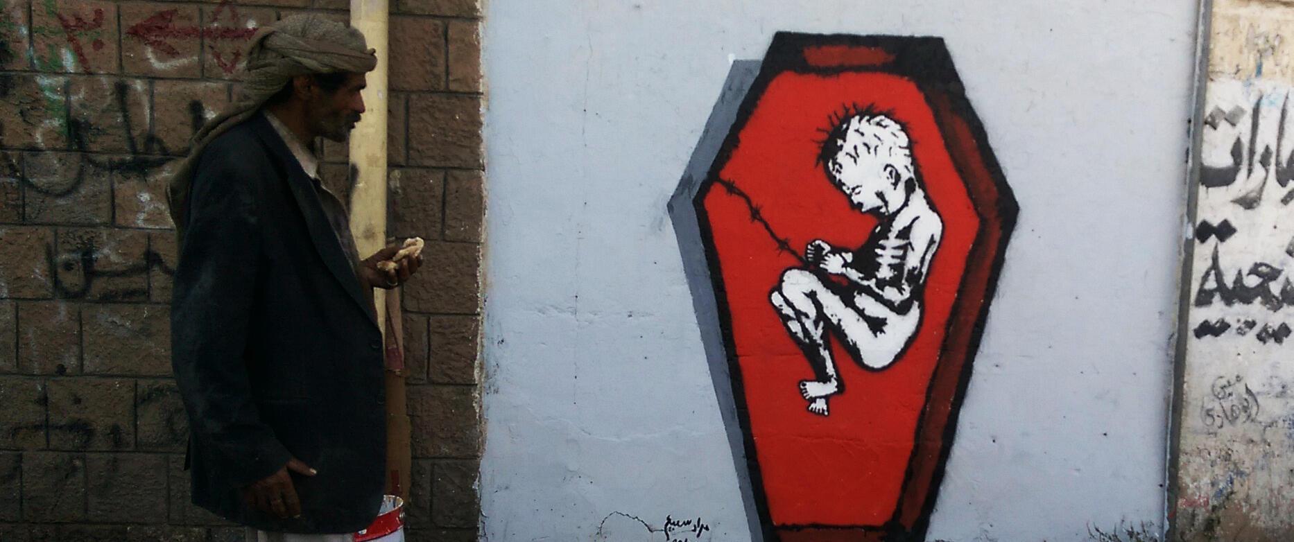 """""""Mort de faim et de maladie"""", fresque peinte à Sanaa, qui fait partie de la série """"Ruines"""" de Murad Subay."""