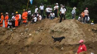 Près de 500 pompiers ont été dépêchés pour porter secours aux habitants du village d'El Cambray II au Guatemala, le 2 octobre 2015.