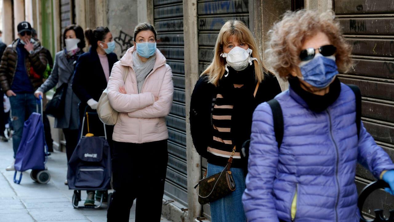 Los clientes hacen cola en el mercado de pescado de Rialto, ya que la región del Véneto implementa nuevas restricciones para los mercados al aire libre para prevenir la propagación de la enfermedad por coronavirus Covid-19, en Venecia, Italia, el 4 de abril de 2020.